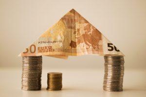 Věřitelé, než vám vydají hypoteční úvěr, by vám měli poskytnout seznam výhod a nevýhod hypotečního úvěru, které byste měli zvážit. Aby mohli učinit informované rozhodnutí, budou vám chtít poskytnout vše, co potřebujete vědět, abyste mohli učinit správné rozhodnutí. Hypoteční úvěrové výhody a nevýhody vám pomohou učinit toto rozhodnutí. Než si koupíte dům, existuje řada věcí, které potřebujete vědět o výhodách a nevýhodách hypotečního úvěru. Patří sem všechny různé náklady spojené s nákupem a refinancováním vašeho domu. Pojďme podrobněji diskutovat o všech těchto výhodách a nevýhodách hypotečních úvěrů. Než dokončíte čtení tohoto článku, měli byste být schopni určit, zda byste si měli koupit dům. K dispozici jsou dva typy půjček: hypoteční úvěry a půjčky na domácí kapitál. Oba mají stejné základní vlastnosti a jeden může být vhodnější pro vaši osobní situaci než druhý. Výhodou hypotéky je, že za část domácí hypotéky platíte každý měsíc místo toho, abyste splatili celý dluh. Nevýhodou je, že to může být velmi drahé, pokud dlužíte doma více, než ve skutečnosti vlastníte. Druhým typem půjčky je refinanční hypoteční úvěr, který vám umožňuje refinancovat hypotéku. To může snížit vaši měsíční platbu snížením úrokové sazby a / nebo nákladů na uzavření. Hypoteční úvěrové výhody a nevýhody pro tyto dva typy úvěrů budou popsány v tomto článku. Prvním bodem, který budeme pokrývat, je výhoda refinancování hypotéky. Refinancováním berete peníze z původní splátky úvěru a splácíte jistinu půjčky. Poté, co splácíte hypotéku, máte vlastní kapitál, který můžete použít pro jakýkoli jiný účel. Pokud máte půjčku na bydlení, můžete si také peníze vzít a použít je pro jakýkoli účel. Úvěr však musíte splácet podle plánu. Jednou z nevýhod refinancování je, že úrok, který jste zaplatili za hypoteční úvěr, by vzrostl. Částka, která se zvýší, bude určena novou úrokovou sazbou, ale může se časem sčítat. Hypoteční úvěrové výhody a nevýhody pro domácí kapitálové půjčky spočívá v tom, že si půjčuje