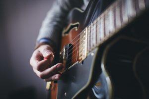 Kolik na lekci kytary?